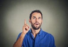 Młody człowiek pomysł, wskazuje z palcem w górę przyglądający up Zdjęcia Royalty Free