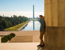 Młody człowiek pozuje przed Lincoln Pamiątkowy Odbija Poo obraz royalty free