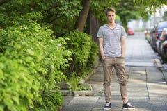 Młody człowiek pozycja na lato ulicie Zdjęcia Royalty Free