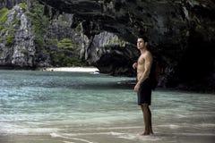 Młody człowiek pozycja na plaży oceanem Zdjęcie Stock