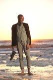 Młody człowiek pozycja na plaży z butami w ręce Fotografia Royalty Free