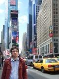 Młody człowiek pozycja na ulicie z drapaczami chmur zdjęcia royalty free