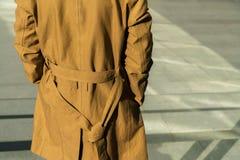 Młody człowiek pozycja plenerowa i jest ubranym modną brąz kurtkę obraz royalty free