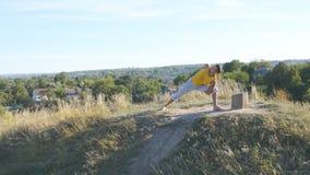 Młody człowiek pozycja przy joga pozą przy naturą Faceta joga ćwiczy pozycje i ruchy outdoors Atleta robi sile Fotografia Stock