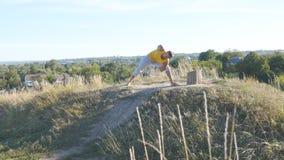 Młody człowiek pozycja przy joga pozą przy naturą Faceta joga ćwiczy pozycje i ruchy outdoors Atleta robi sile Zdjęcie Stock