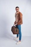 Młody człowiek pozycja z podróży torbą Zdjęcia Stock