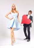 Młody człowiek próbuje podnosić up dziewczyny Zdjęcie Stock