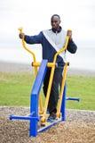 Młody człowiek pracujący przy plenerowym gym out obrazy royalty free
