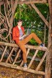 Młody Człowiek pracuje na laptopie, relaksuje przy central park, Zdjęcie Royalty Free