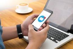 Młody człowiek pracuje od domu używać mądrze telefon, email ikona fotografia stock