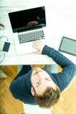 Młody człowiek pracuje online w ministerstwie spraw wewnętrznych obraz royalty free