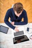 Młody człowiek pracuje online w ministerstwie spraw wewnętrznych obrazy royalty free