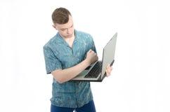 _ Młody człowiek pracuje przy komputerem Fotografia Royalty Free