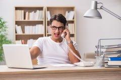 Młody człowiek pracuje w biurze Fotografia Royalty Free