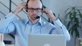 Młody człowiek pracuje w centrum telefonicznym Fotografia Royalty Free