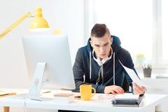 Młody człowiek pracuje w domu biuro obrazy royalty free