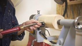 Młody człowiek pracuje z joinery używać handtool w ciesielka warsztacie zdjęcie wideo