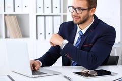 Młody człowiek pracuje z laptopem, mężczyzna ` s ręki na notatniku, biznesowa osoba przy miejscem pracy zdjęcie royalty free