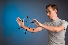 Młody człowiek pracy na modelu molekuła Obraz Stock
