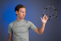 Młody człowiek pracy na modelu molekuła Zdjęcia Stock