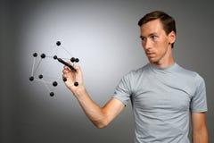 Młody człowiek pracy z modelem molekuła Obrazy Stock