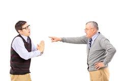 Młody człowiek proszałny i gniewny dorośleć mężczyzna gestykuluje z palcem Zdjęcia Stock