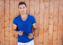 Młody człowiek przy drewnianą ścianą Fotografia Stock