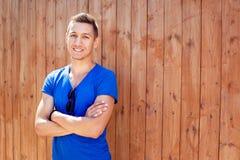 Młody człowiek przy drewnianą ścianą Zdjęcie Royalty Free