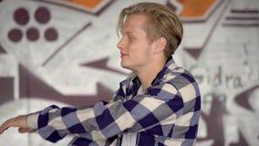 Młody człowiek przy graffiti w tle zbiory