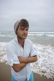 Młody człowiek przy plażą z beeny na głowie Obrazy Royalty Free