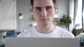 Młody człowiek przy pracą zdjęcie stock
