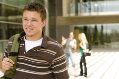 Młody człowiek przy szkołą Zdjęcia Royalty Free