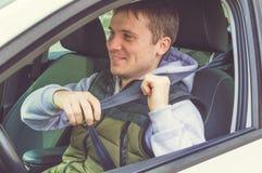 Młody człowiek przymocowywa Zbawczego pasek sejf kierowcy Zdjęcie Stock