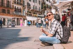 Młody człowiek rekonesansowy romantyczny Verona zdjęcia royalty free