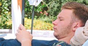 Młody człowiek relaksuje na bryczki longue zbiory