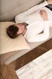 Młody człowiek relaksuje na kanapie Obraz Stock