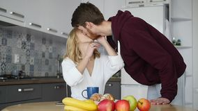 Młody człowiek robić niespodzianka dla jego dziewczyny Gotował jej śniadanie zdjęcie wideo