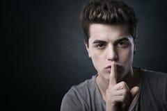 Młody człowiek robi cisza gestowi fotografia stock