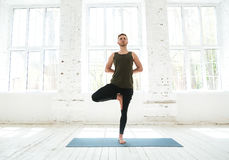 Młody człowiek robi joga lub pilates ćwiczeniu Zdjęcia Royalty Free