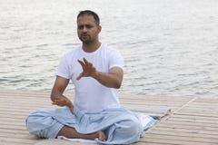 Młody człowiek robi joga w ranku parku mężczyzna relaksuje w naturze zdjęcia stock