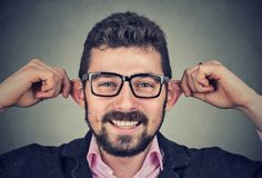Młody człowiek robi niemądrym twarzom fotografia royalty free