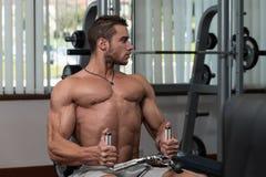 Młody Człowiek Robi Tylnym ćwiczeniom W Gym Fotografia Stock