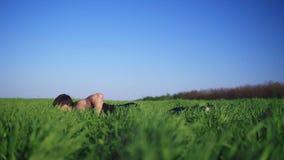 Młody człowiek robi Ups z rękami szeroko rozpościerać dla treningu Przystojny Biały Kaukaski Zielona trawa słoneczny dzień zbiory