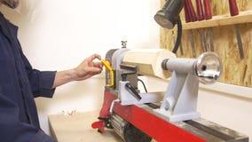 Młody człowiek robi woodworking joinery w ciesielka warsztacie zbiory wideo