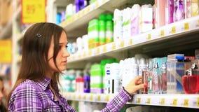 Młody człowiek robi zakupy w supermarkecie Wybiera zbiory wideo