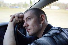 Młody człowiek rozpamiętywający w samochodzie zdjęcia royalty free
