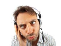 Młody człowiek słucha muzyka zdjęcia stock