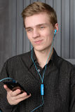 Młody człowiek słucha muzyka od twój smartphone Obrazy Royalty Free