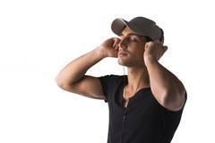 Młody człowiek słucha muzyka z hełmofonami obraz royalty free