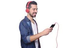 Młody człowiek słucha muzyka z smartphone obraz royalty free
